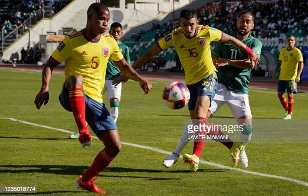 Colombia's Wilmar Barrios controls the ball as Colombia's Daniel Munoz and Bolivia's Rodrigo Ramallo vie during their South American qualification...