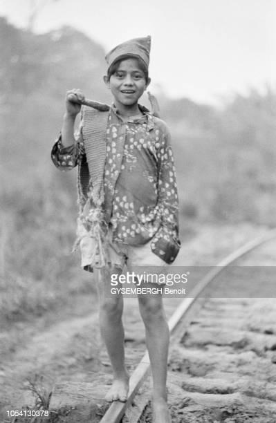 Colombie octobre 1979 Dans la province d'Antioquia des centaines de petits Colombiens sont contraints au travail et exploités Ici les enfantstaupes...
