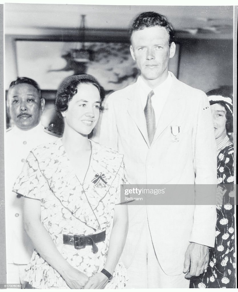 Charles Lindbergh and His Wife Wearing Medals : Nachrichtenfoto