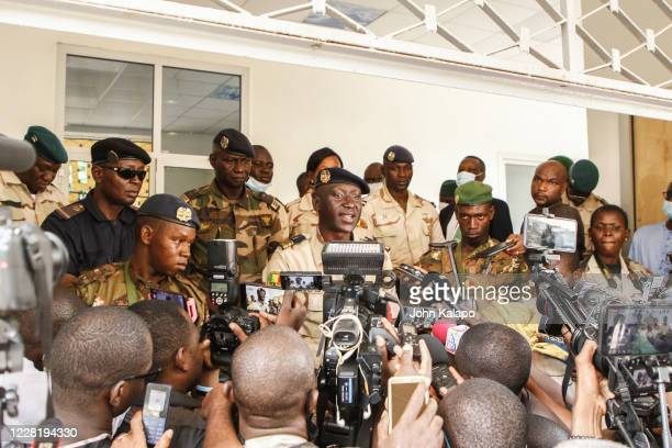 Colonel Ismail Wague, the CNSP junta's spokesman; from the Malian air force speaks to the press following transitional talks on August 24, 2020 in...