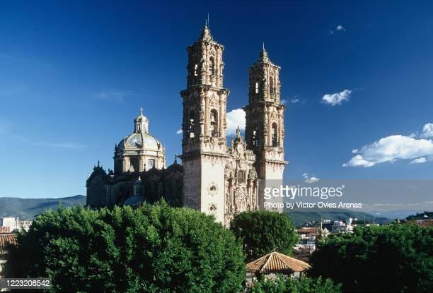 colonial church of santa prisca , built in new spanish baroque style, in taxco. - victor ovies fotografías e imágenes de stock