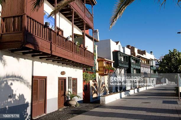 colonial houses in the old town of santa cruz de la palma, la palma, canary islands, spain, europe - bairro antigo imagens e fotografias de stock