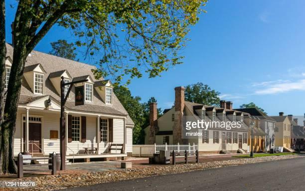 casas de período colonial em williamsburg, virgínia, eua - usa - fotografias e filmes do acervo