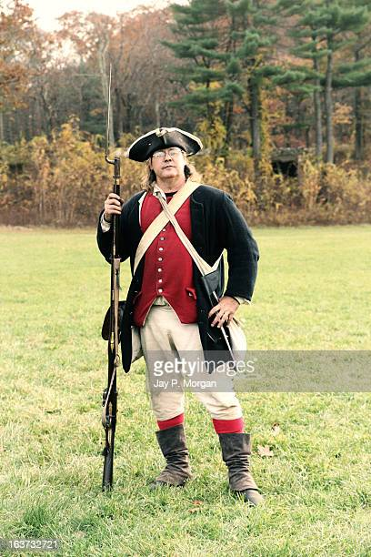 colonial soldier with rifle - revolutionary war - fotografias e filmes do acervo