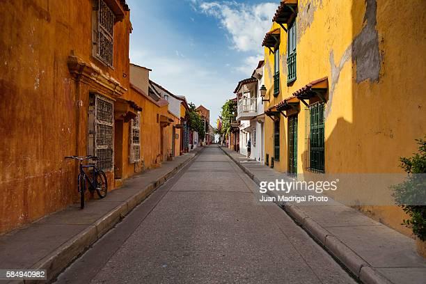 colonial street in cartagena - piranha photos et images de collection