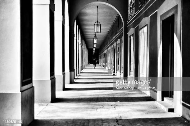 colonnade in corridor - colonnade stock pictures, royalty-free photos & images