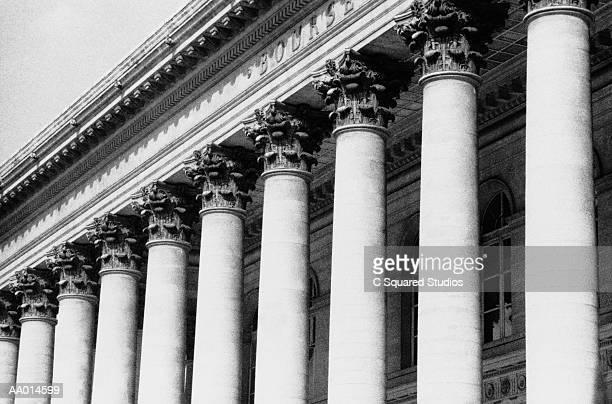 colonnade outside la bourse - paris noir et blanc photos et images de collection