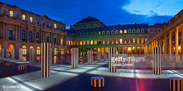 colonnes de buren at the palais royal - daniel buren stock pictures, royalty-free photos & images