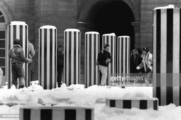 Colonnes de Buren sous la neige le 14 janvier 1987 dans le jardin du Palais Royal à Paris France