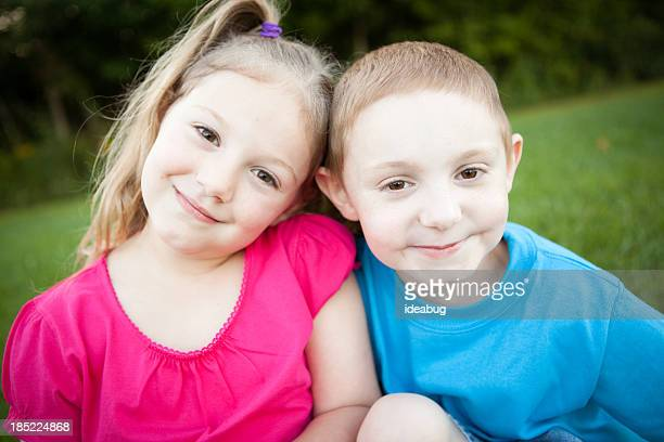 Farbe Bild von Bruder und Schwester lächelnd zusammen