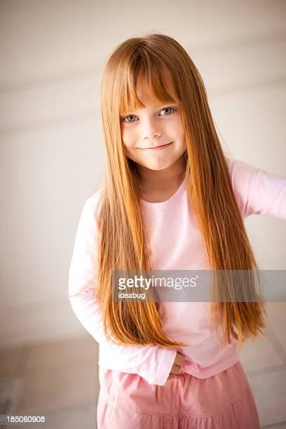 Image en couleur de souriant petite fille avec longs Cheveux roux