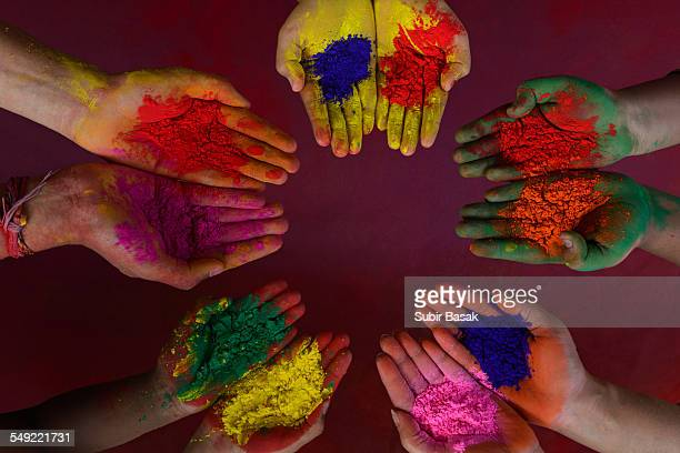 color powder on hands during holi festival, india - cinque persone foto e immagini stock