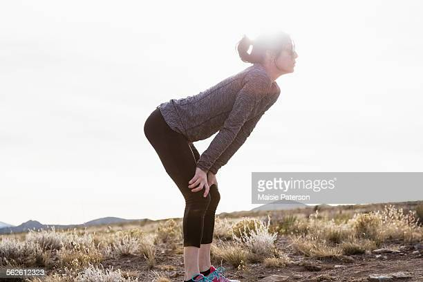 usa, colorado, female runner taking a break - hand on knee stock pictures, royalty-free photos & images