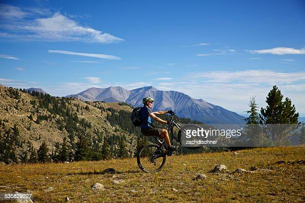 USA, Colorado, Monarch Crest Trail, Side view of cyclist doing wheelstand