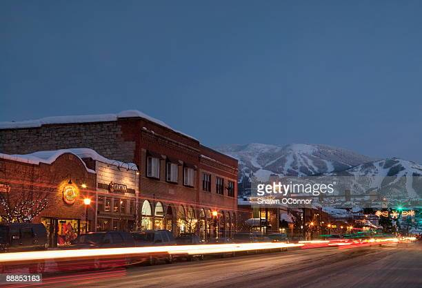 usa, colorado, steamboat springs, town at night with mountains in background - steamboat springs colorado - fotografias e filmes do acervo