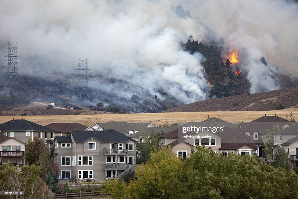 Colorado wild fire burns behind homes : Stock Photo