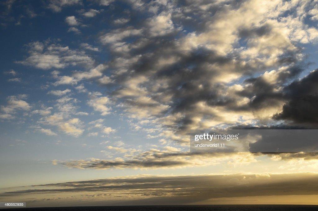 Nuvens no pôr do sol colorido : Foto de stock