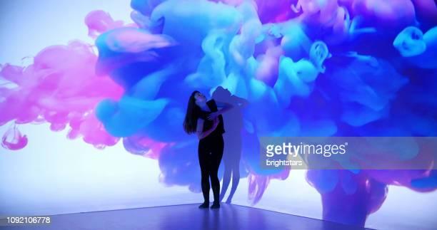 女性ダンサーに色インク投影 - プロジェクター ストックフォトと画像