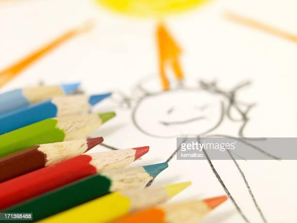 Farbige Stifte auf Kinderzeichnung