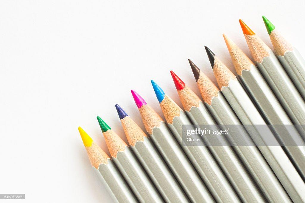 Lápices de colores sobre fondo blanco  : Foto de stock