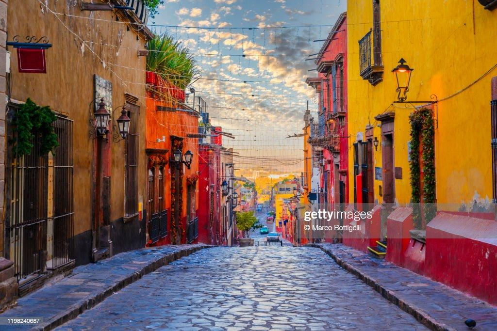 Colorful alley in San Miguel de Allende, Mexico : Foto stock