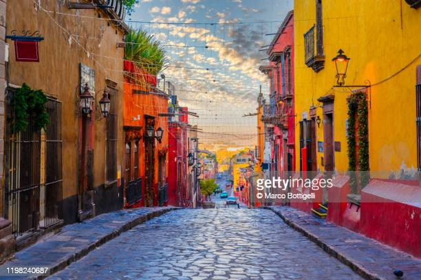 colorful alley in san miguel de allende, mexico - mexiko stock-fotos und bilder