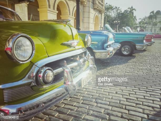 coloridos coches vintage americano estacionados en la habana vieja, cuba - cuba fotografías e imágenes de stock