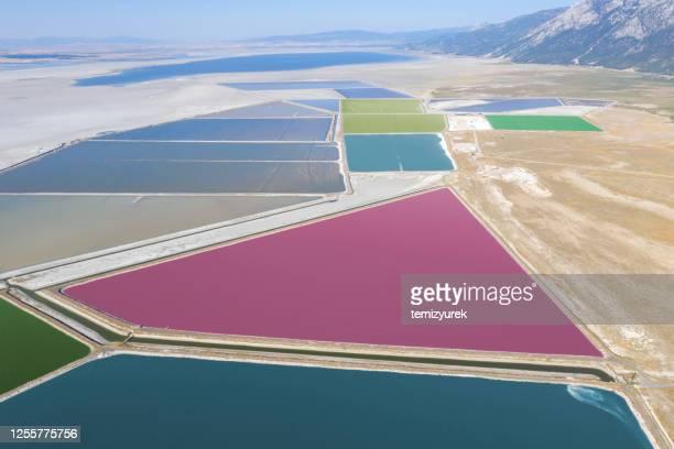 カラフルな養殖池 - ソルトポンド ストックフォトと画像