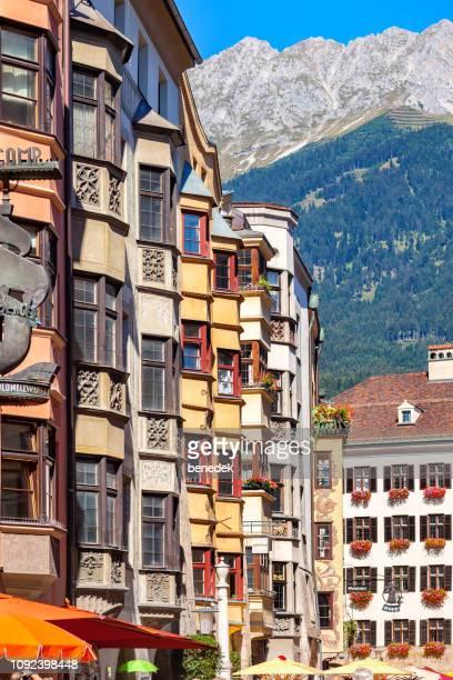 オーストリア インスブルックのダウンタウンにカラフルなアーキテクチャ - インスブルック ストックフォトと画像