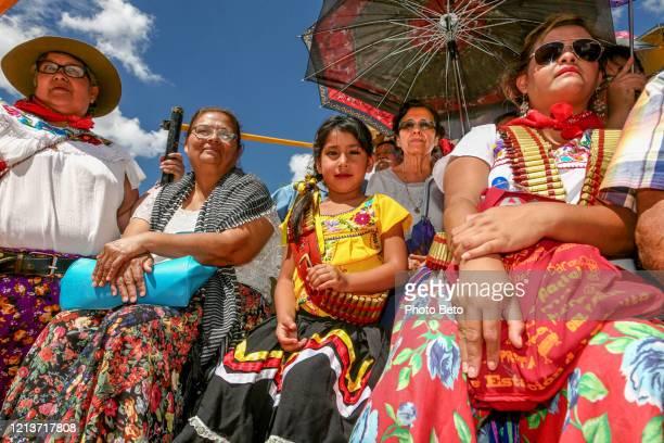 カラフルな観客は、一般的なパンチョヴィラの生と死の喚起を目撃 - メキシコ北部 ストックフォトと画像