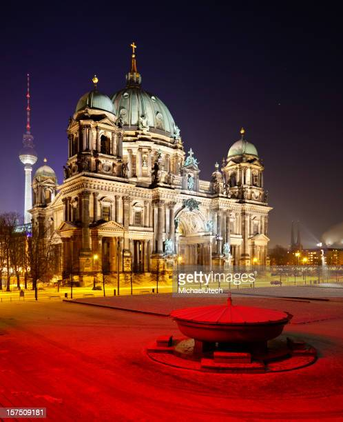 Bunte Berliner Kathedrale bei Nacht