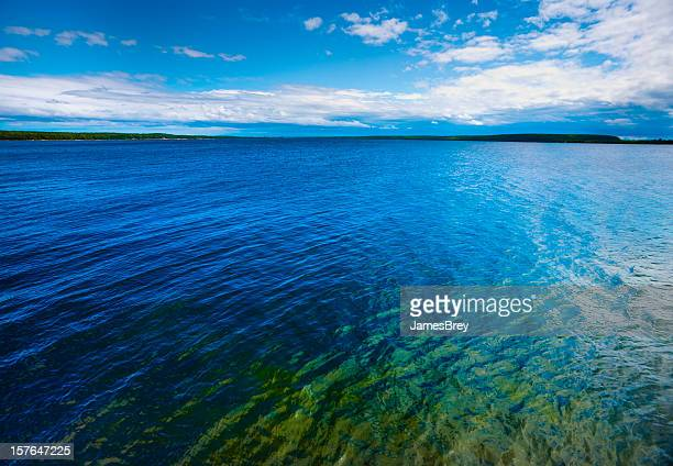 azul colorido verde superfície da água com horizonte distante - green bay wisconsin - fotografias e filmes do acervo