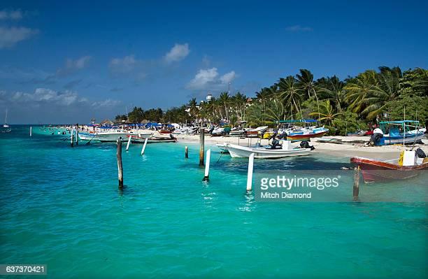 colorful boat harbor in isla de mujeres - mujeres fotos stockfoto's en -beelden