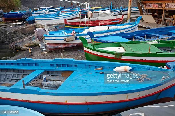 colorful boats in the little port of aci trezza - massimo pizzotti foto e immagini stock