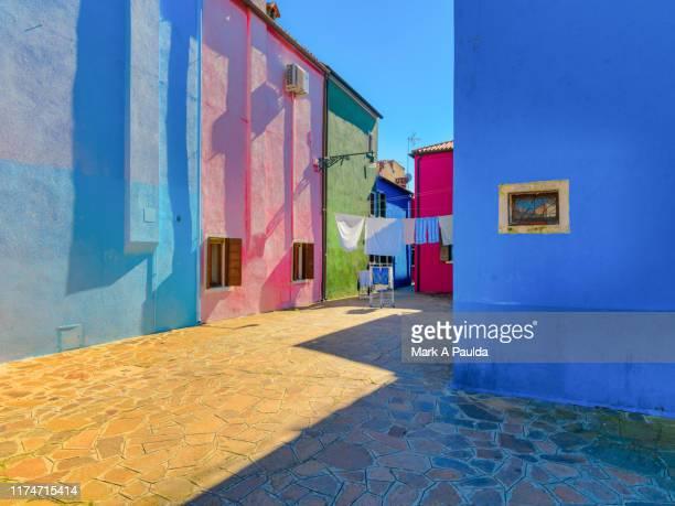 colorful buildings in burano italy - europa meridionale foto e immagini stock