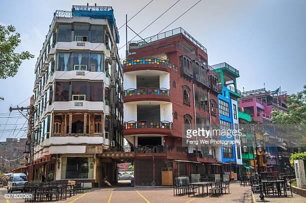 colorful buildings @ new feed street, lahore, punjab, pakistan - パキスタン ラホール市 ストックフォトと画像