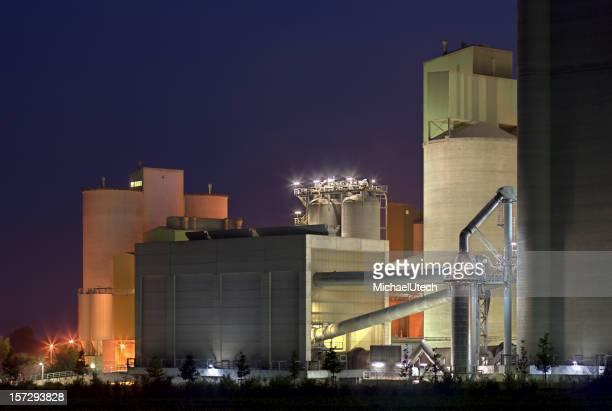 Coloré de ciment usine de nuit