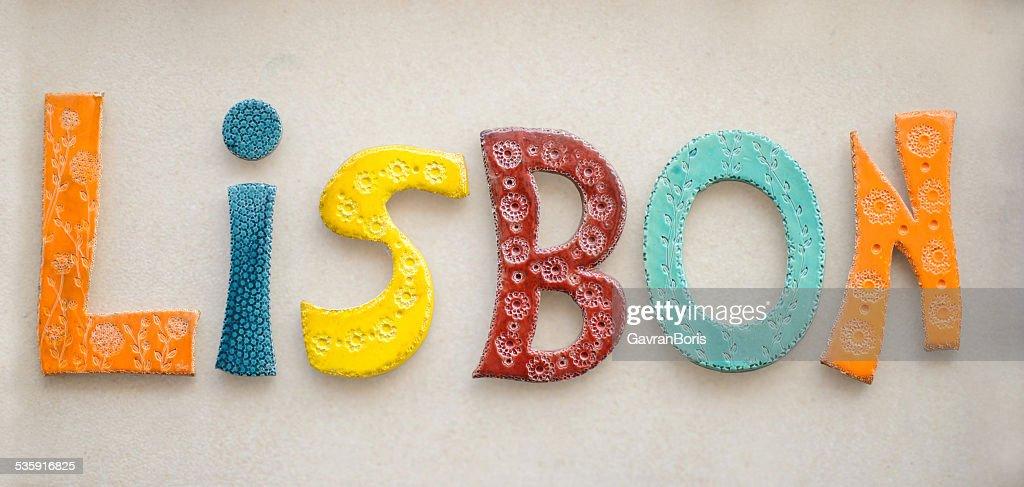 Palavra de cerâmica colorida Lisboa : Foto de stock