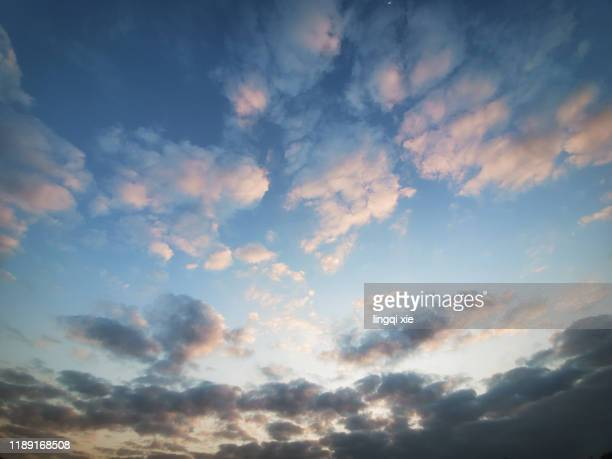 colorful clouds in the morning sky - sunny photos et images de collection