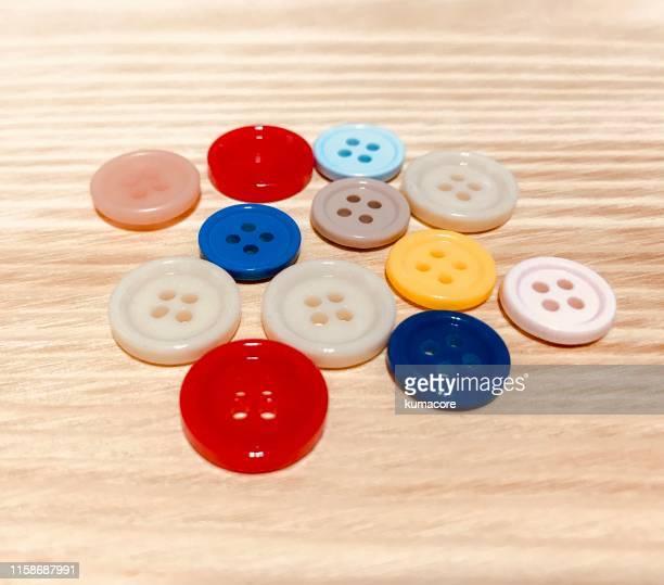 colorful colored buttons - knoop naaigerei stockfoto's en -beelden