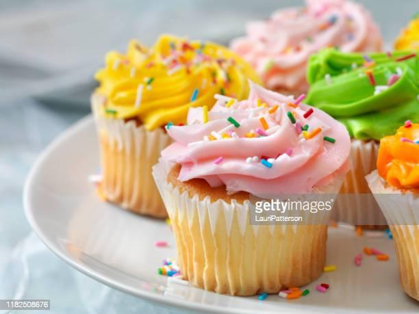 cupcakes coloridos con caramelos - cupcake fotografías e imágenes de stock