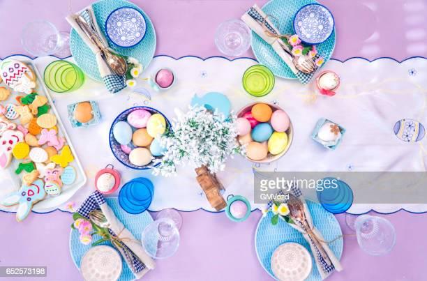 Bunt dekorierte Ostern Gedeck