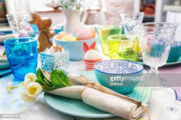 Kleurrijke ingerichte Pasen Couvert