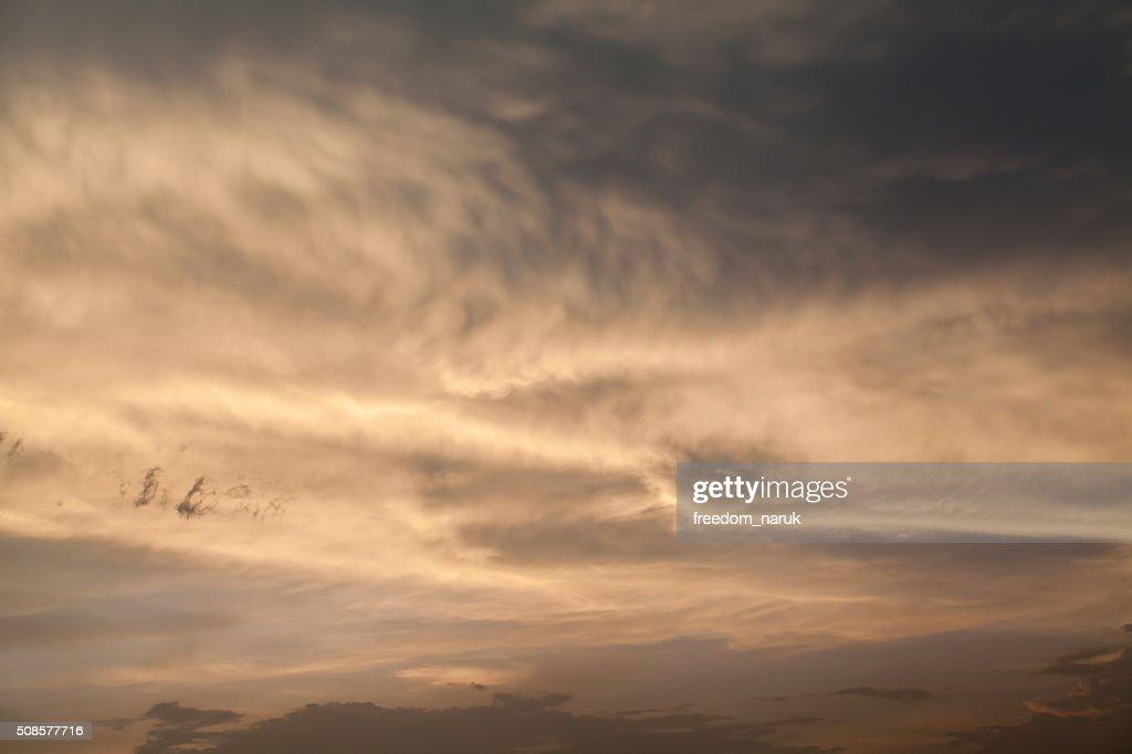 Dramatique ciel de couleur avec les nuages au coucher du soleil : Photo
