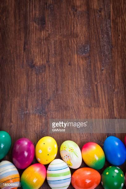 Bunte Ostern Eier auf hölzernen Hintergrund dekoriert