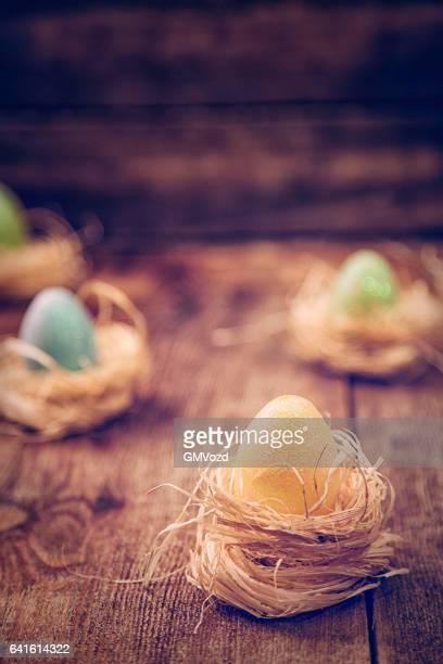 Oeufs de Pâques coloré décoré sur fond en bois