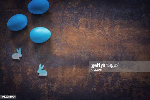 colorida ovos de páscoa decoração em fundo de madeira - páscoa - fotografias e filmes do acervo