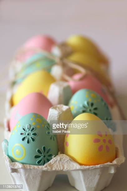 colorful easter eggs - april stockfoto's en -beelden