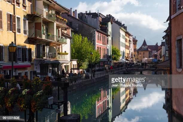 colorful facades by the canal in the historical center of annecy, haute-savoie, alps, france - フランス アヌシー ストックフォトと画像