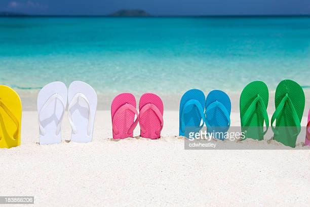 Hermosa familia sandalias en la arena en la playa del caribe